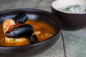 CAZUELA DE MARISCOS. Caldo en una base de tomate con pescado, calamar, camarón y mejillones $35.800
