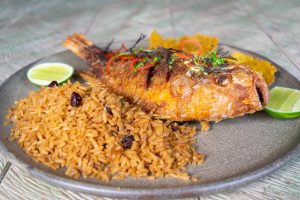 MOJARRA FRITA. Con patacones y arroz con coco $32.800