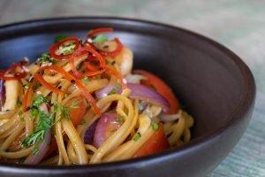 SPAGUETTI MARISQUERO. Pasta con mariscos salteados al wok, salsa nikkei y vegetales $36..600