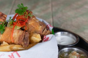 ORIGINAL DE CHICHARRÓN. Cubos de chicharrón de cerdo con ají de lulo, suero costeño y yuca frita $25.980