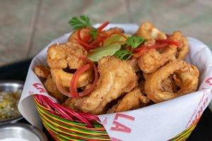 CANASTA CROCANTE MARINA. Chicharrones de pescado, camarón, calamar, ají de lulo, suero costeño y yuca frita $28.800