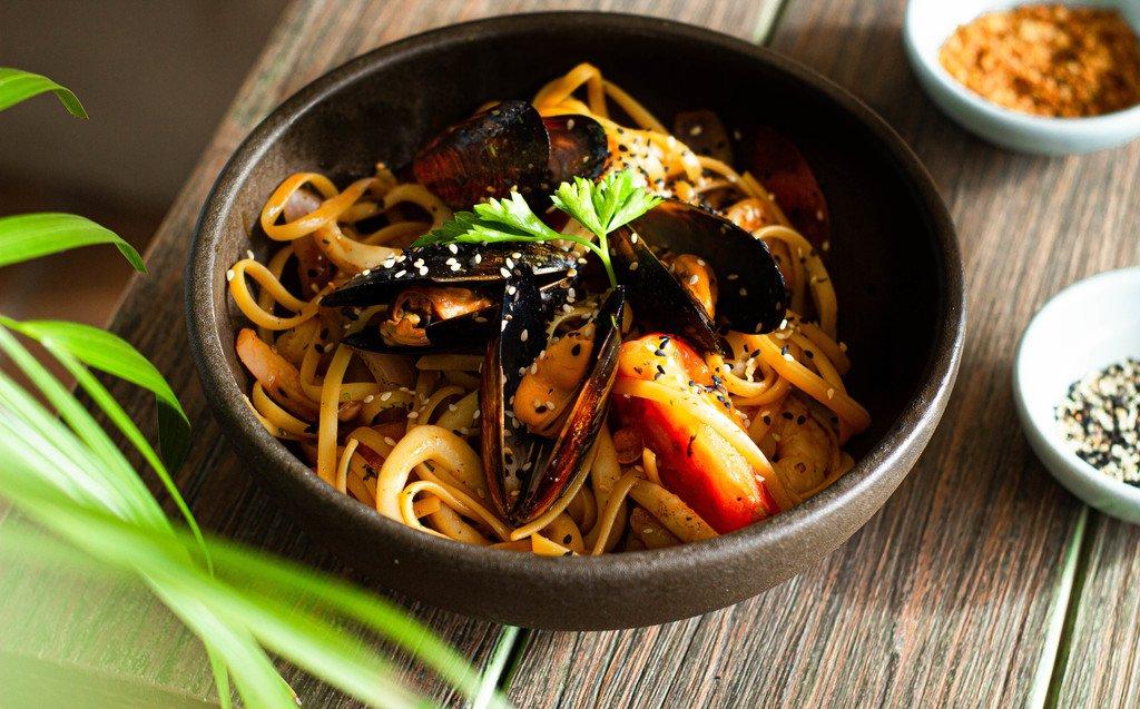 SPAGUETTI MARISQUERO. Pasta con mariscos salteados al wok, salsa nikkei y vegetales...$38.800