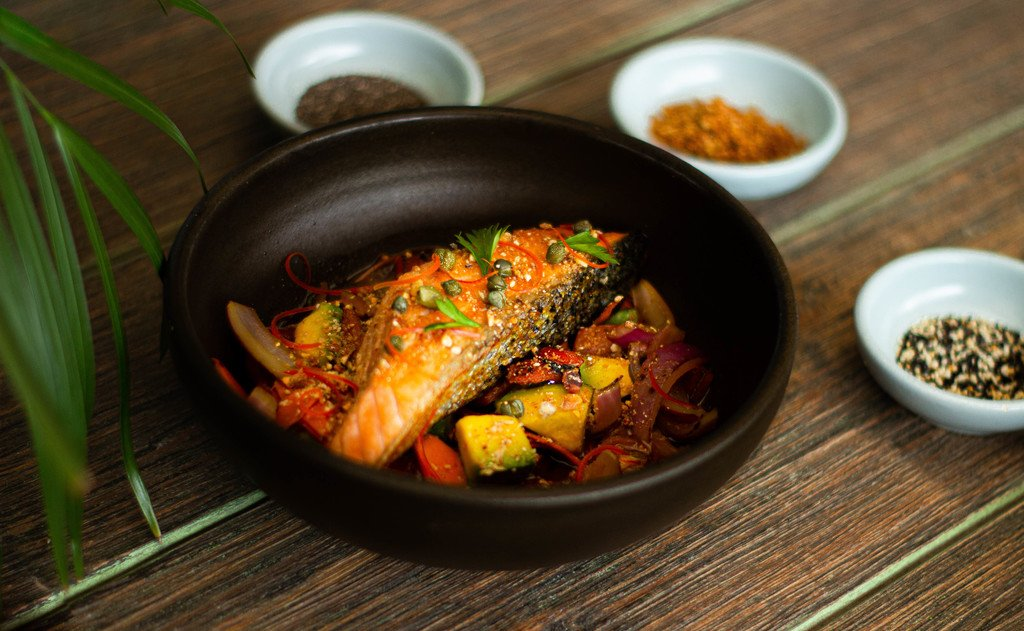 SALMON NIKKEI. Salmón a la parrilla sobre vegetales calientes , alcaparras baby, crocante de maíz y salsa nikkei...$40.800